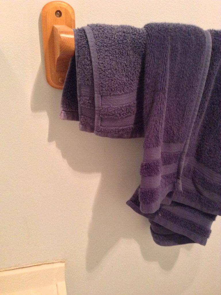 "See Why a Reddit's User Shower Rack Shadow Got Over 13,000 ""Upvotes"""