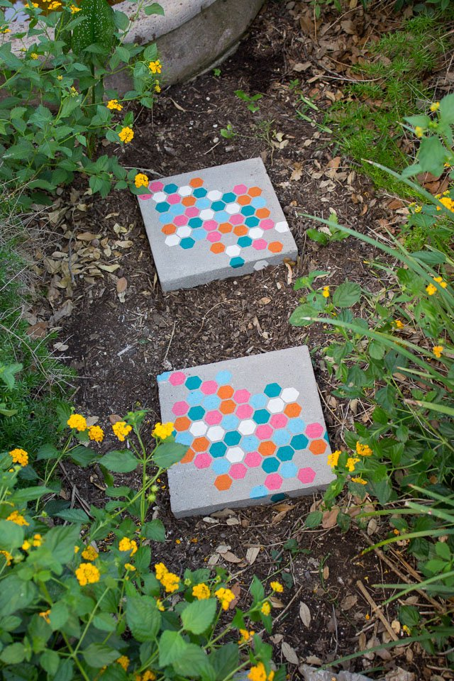 8 Artistic DIY Stepping Stones