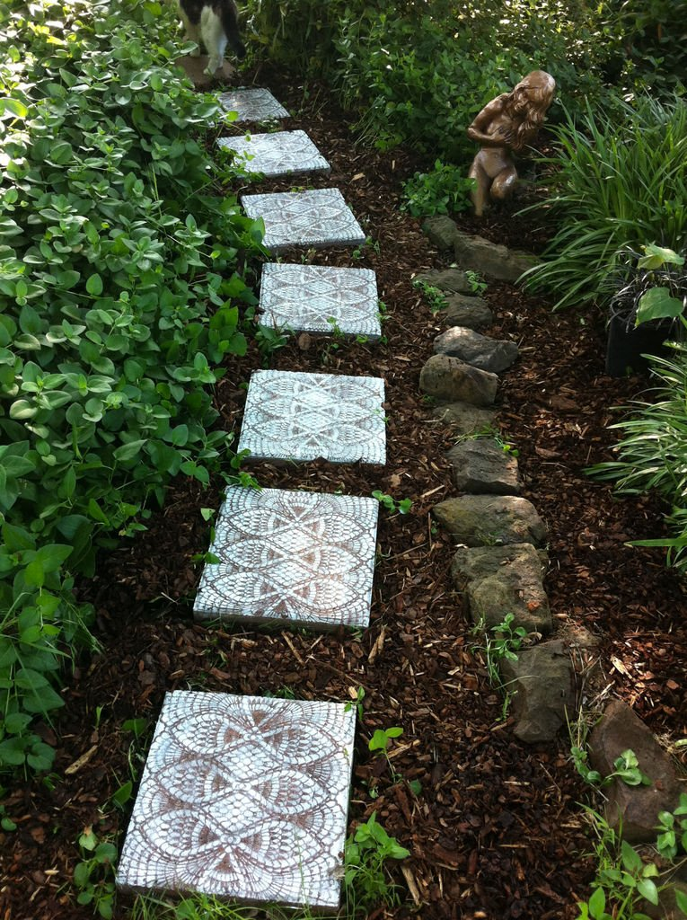 8 artistic diy stepping stones for Diy garden stepping stones