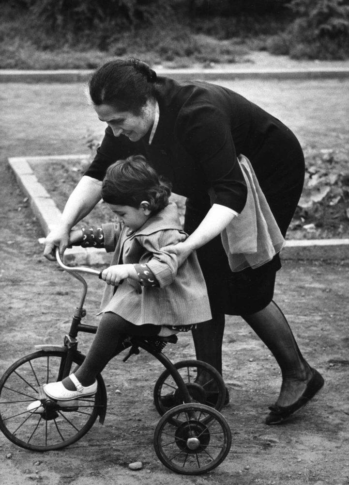 Remember The Mothers: 26 Retro Photographs Of A Motherly Love