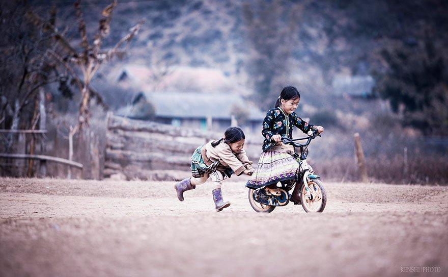 Children-Playing-in-Vietnam