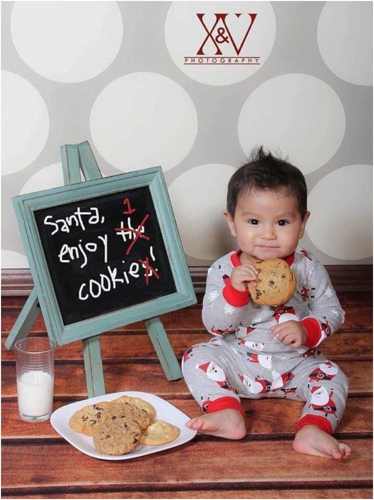33 Absolutely Cute Babies And Their First Christmas Photo shoot