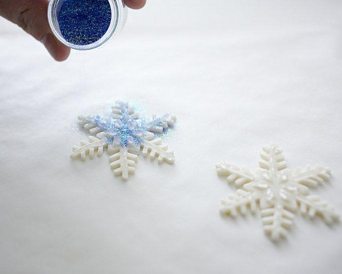 This is How You Make Sparkly Snowflake Cupcakes. Step-by-Step Tutorial