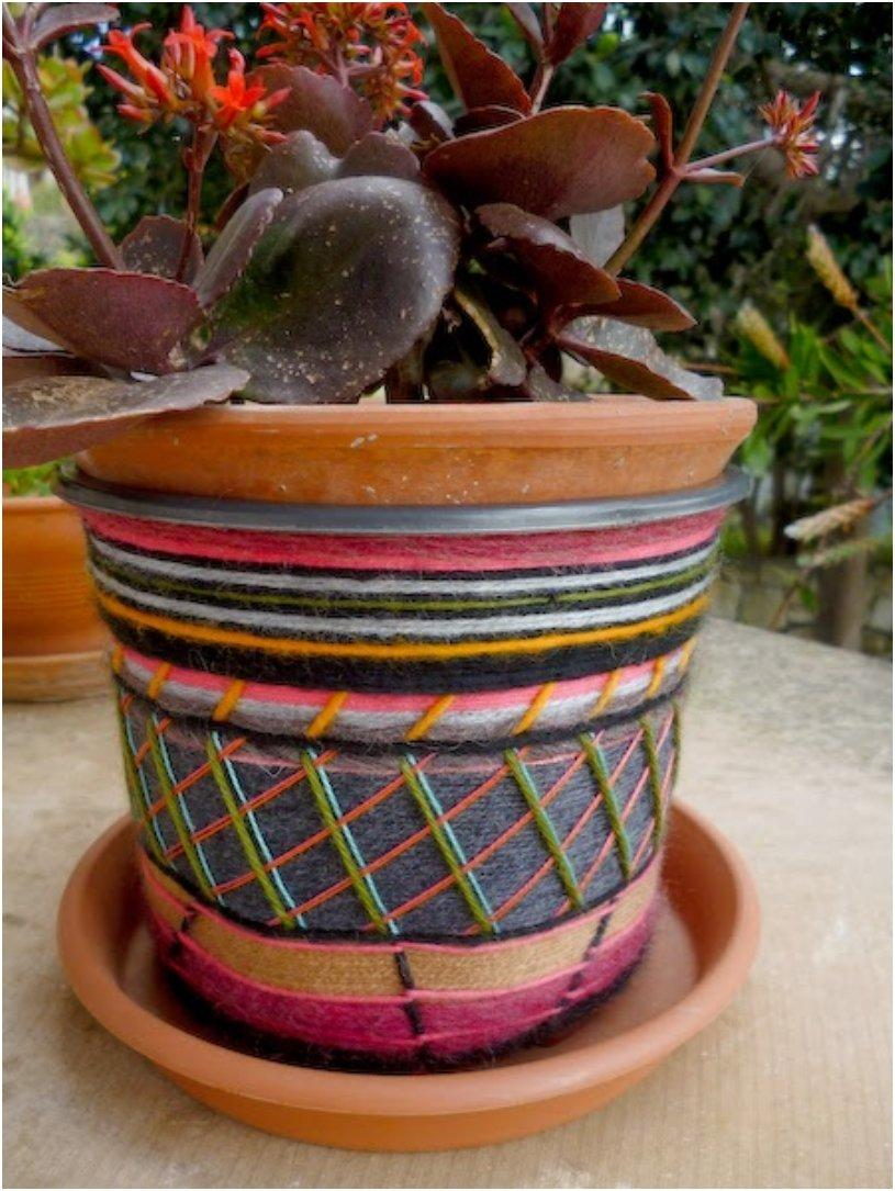 decorate a plastic flower pot using yarn leftovers