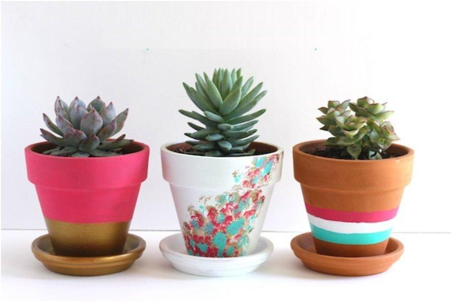 21 creative diy 39 s to embelish your boring planters for Small clay flower pots