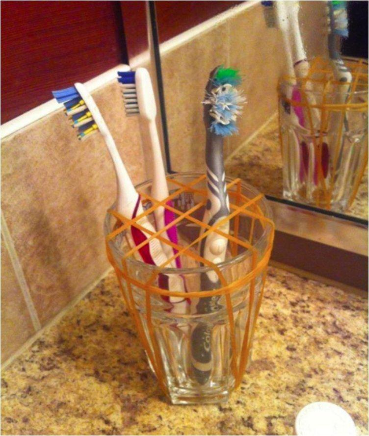 Separate your toothbrushes with this simple elastic band hack